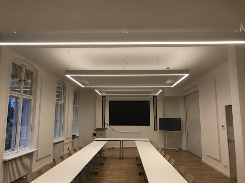 Deckensegel mit Beleuchtung im Meetingraum